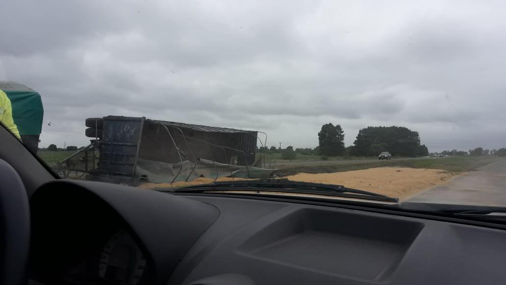 #AHORA Camión tumbó su carga de cereal en el cantero central de la autopista a Santa Fe