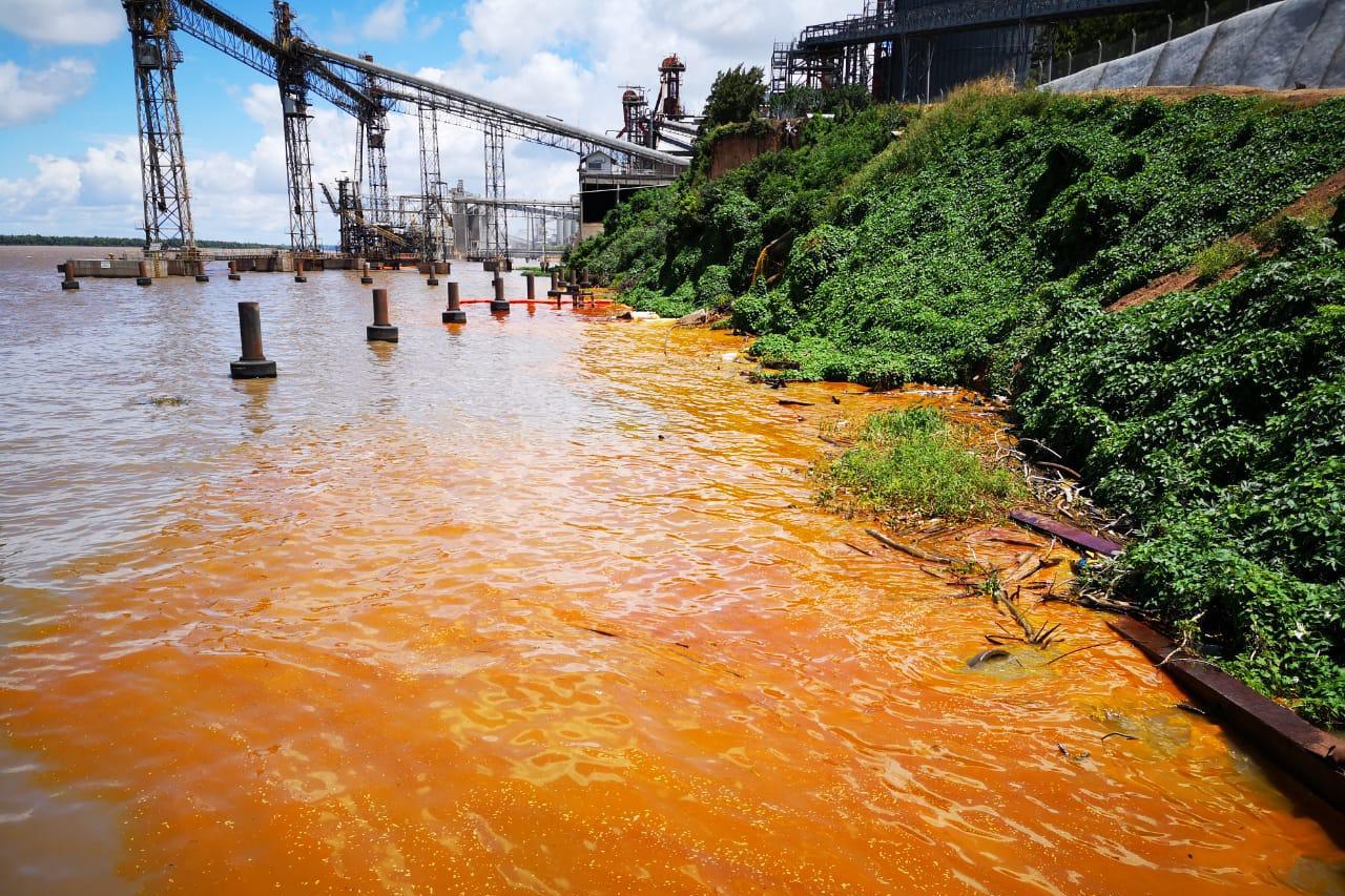 Derrame de aceite tiñó el río de color naranja en Puerto San Martín